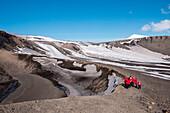 Passagiere von Expeditions-Kreuzfahrtschiff MS Hanseatic (Hapag-Lloyd Kreuzfahrten) an Kraterrand mit Blick auf majestätische Bergkulisse, Telephone Bay, Deception Island, Südshetland-Inseln, Antarktis