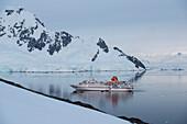 Blick auf Expeditions-Kreuzfahrtschiff MS Hanseatic (Hapag-Lloyd Kreuzfahrten) in majestätischer Bergkulisse, Paradise Bay (Paradise Harbor), Danco-Küste, Grahamland, Antarktis