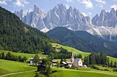Village church and scattered farms beneath the Odle peaks in the Parco Naturale Puez-Odle, Santa Maddalena, Val di Funes (Villnoesstal), Dolomites, Bolzano, Trentino-Alto Adige, Italy, Europe