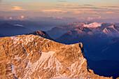 Schneefernerkopf im Morgenlicht und Lechtaler Alpen im Hintergrund, von der Zugspitze, Wetterstein, Oberbayern, Bayern, Deutschland