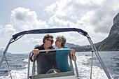 Urlauber auf Leihboot, banana boat, Küste von Capri vom Boot aus, Insel, Felseninsel, Golf von Neapel, Boote, Wasser, Bucht, Küste, Golf von Neapel, Kampanischer Archipel, Mittelmeer, Urlaub, Ausflug, Tourismus, Romantik, malerisch, Insel, Italien