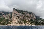 Küste von Capri vom Boot aus, Insel, Felseninsel, Golf von Neapel, Wasser, Bucht, Küste, Klippen, Golf von Neapel, Kampanischer Archipel, Mittelmeer, Urlaub, Ausflug, Tourismus, Romantik, malerisch, Insel, Italien