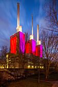 'Linden Heizkraftwerk mit Schornsteinen, abends beleuchtet, illuminiert, Wahrzeichen, ''drei warme Brueder'', Strom- und Waermeerzeugungsanlage, Gas und Dampfturbinenanlage, hochmodern, Energie, Stadtwerke Hannover, Niedersachsen, Deutschland '