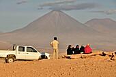 Travel group with jeep in front of volcano Licancabur, Valle de la Luna, Valley of the moon, Atacama desert, National Reserve, Reserva Nacional Los Flamencos, Region de Antofagasta, Andes, Chile, South America