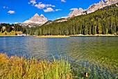 Lake Misurina (Lagoa di Misurina) in background Three Peaks, Tre Cime di Lavaredo, Drei Zinnen, Cadini di Misurina, Belluno, Veneto, South Tyrol, Alto Adige, UNESCO world heritage side, Italy, European Alps, Europe