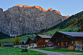 alp village Eng with traditional wooden houses in autumn, view to mountain range Laliderer Wände with alpglow, Engalm, Großer Ahornboden, Hinterriß, Engtal valley, Northern limestone alps, Karwendel Mountains, Tyrol, Austria, European Alps, Europe