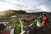 Cellular Jail, Nationaldenkmal, Besucher auf Dach eines Gebaeudefluegels ueberblicken den Innenhof des Kolonialgefaengnisses, Port Blair, South Andaman, Andaman Islands, India