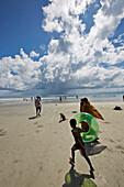 Beach No.7, oder auch Radhanagar Beach, indische Touristen bei Ebbe (vollster Teil des Strandes), Westkueste, Havelock Island, Andaman Islands, Union Territory, India