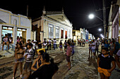 Festa do Rabeia, O Mastro do Divino Espirito Santo, men carrying a 15m tree trunk in front of the church, main street in the center of Andarai, eastern border of the Chapada Diamantina National Park, Andarai, Bahia, Brazil