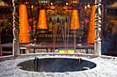 Räucherstäbchen vor einem chinesischen Tempel in Tainan, Taiwan, Republik China, Asien
