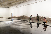 Installation Silent Ink, Tinte, Tusche, Besucher, Ausstellung von Cai Guoqiang, Cai Guo-Qiang, The Ninth Wave, 8.8.-26.10.2014, Shanghai Power Station of Art, Kunst, Museum, Schanghai, Shanghai, China, Asien