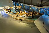 Installation The Ninth Wave, Boot mit Tieren, Arche Noah, Besucher, Ausstellung von Cai Guoqiang, Cai Guo-Qiang, The Ninth Wave, 8.8.-26.10.2014, Shanghai Power Station of Art, Kunst, Museum, Schanghai, Shanghai, China, Asien