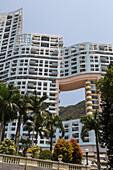 Hongkong, moderner Wohnblock, Wohnungsbau, Apartments gebaut nach Fengshui Regeln, Geomantie, Fungshui, Durchgang, Tradition, Aberglaube, Fenster für den Drachen, Repulse Bay, Hong Kong Island, China, Asien