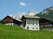 Farmhouses at Steinberg am Rofan, view to Guffert, Rofan Mountains, Tyrol, Austria