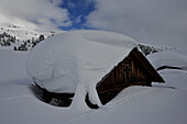 Snowy hut on the Plaetzwiese, View to top of Strudlkopf, Nat. Parque Fanes, Sennes, Prags, Dolomites, South Tyrol, Italy