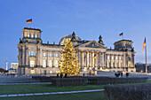 Weihnachtsbaum vor dem Reichtag, Berlin Mitte, Berlin, Deutschland