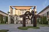 """Sonnenaufgang, Bundeskanzleramt mit Skulptur """"Berlin"""" von Eduardo Chillida, Tiergarten, Berlin, Deutschland"""