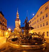 Blick über den Markt von Bad Schandau mit St. Johanniskirche und Sendigbrunnen im Blau der Dämmerung, Sächsische Schweiz, Sachsen, Deutschland