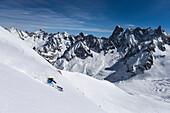Skifahrer im Vallee Blanche mit Grandes Jorasses 4208 m, Aiguille du Midi 3842 m, Chamonix, Frankreich