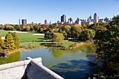 Blick vom Belvedere Castle ueber den Turtle Pond in nordoestliche Richtung, Herbst, bunte Blaetter, Central Park, Manhattan, New York City, USA, Amerika