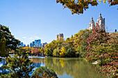 See, The Lake, Herbst im Central Park, bunte Blaetter, Upper West Side, Skyline, Manhattan, New York City, USA, Amerika