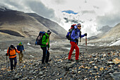 Four hikers, trekkers on their way from Nar over Teri Tal to Mustang, Nepal, Himalaya, Asia