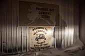 Schild am Ende des Dalton Highway, Deadhorse, Prudhoe Bay, North Slope Borough, Alaska, USA