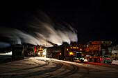 wegen der Kälte laufende LKWs am Parkplatz der Eagle Plains Lodge am Dempster Highway, Yukon, Yukon-Territorium, Kanada