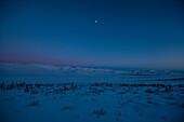 Richardson Mountains mit Mond in der Abenddämmerung, am Dempster Highway, Yukon, Yukon-Territorium, Kanada