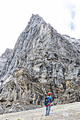 Climber in front of the Herzogkante on the Laliderer Northface, Lalidererspitze, Hinterriss, Ahornboden, Karwendel, Bavaria, Germany