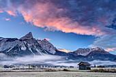 Wolkenstimmung über Ehrwalder Sonnenspitze, Wamperter Schrofen und Hochwannig, Ehrwald, Wetterstein, Tirol, Österreich