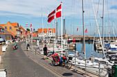 Hafen von Allinge, dänische Flagge im Wind, Fischerdorf, dänische Ostseeinsel, Ostsee, Insel Bornholm, Allinge, Dänemark, Europa
