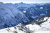 Blick in das Schwarzwassertal im Winter bei Sonnenschein und verschneiter Winterlandschaft Vorarlberg, Österreich