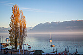 coucher de soleil sur le lac leman et les alpes depuis le port d'ouchy, quartier de lausanne, lausanne, canton de vaud, suisse