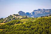 village of suzette and the dentelles de montmirail, vaucluse (84), paca, provence alpes cote d'azur, france