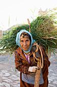 peasant woman, Kasbah Aït-Ben-Haddou, UNESCO World Heritage Site, Aït-Ben-Haddou, near Ouarzazate, Region Souss-Massa-Draâ, Sahara Desert, Morocco