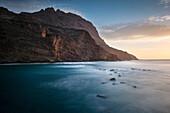 steile Klippen der Felsenbucht Playa de Alojera, La Gomera, Kanarische Inseln, Kanaren, Spanien, Langzeitbelichtung
