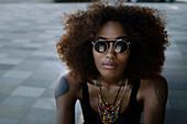 Junge, afroamerikanischen Frau mit Rucksack am Lenbachplatz, München, Bayern, Deutschland