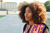 Junge afroamerikanische Frau im Gegenlicht in der Stadt, Königsplatz, München, Bayern, Deutschland