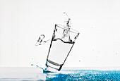 Wasser im Glas, Wassertropfen, Getränk