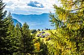 Der in der Nähe der Bletterbachschlucht gelegene Ort Radein (1550m ü.d.M.) mit der St. Wolfgang Kirche und dem Bergpanorama im Herbst, Radein, Südtirol, Alto Adige , Italien
