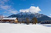 Farm at the Buckelwiesen, near Kruen, view to Soiern range, Bavaria, Germany