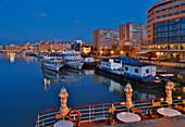 Blick auf die Hafenstadt Tulcea im Donaudelta am Tulcea-Arm der Donau , Rumänien , Europa