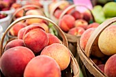 Fresh organic peaches on display at a farmer´s market.