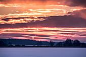 Roter Abendhimmel über dem Rangsdorfer See im Winter - Deutschland, Brandenburg, Rangsdorf