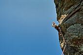 Mann beim Klettern