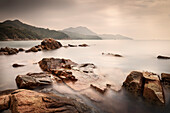 Blick auf das südchinesische Meer beim Hung Shing Yeh Strand, Lamma Insel, Hongkong, China, Asien, Langzeitbelichtung