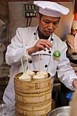 Traditional Dim Sum or ´xiao long bao´, Nanxiang Dumplings, Yuyuan Bazaar or Old Town, Hangpu District, Shanghai, China, Asia.