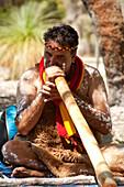 Ein Aboriginal der Tanztruppe Wadumbah Indigenous Dance spielt das Digeridoo, Perth, Australien