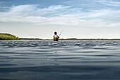 Ein Angler steht im Wasser des Bodden in Dierhagen. Dierhagen, Darß, Mecklenburg-Vorpommern, Deutschland